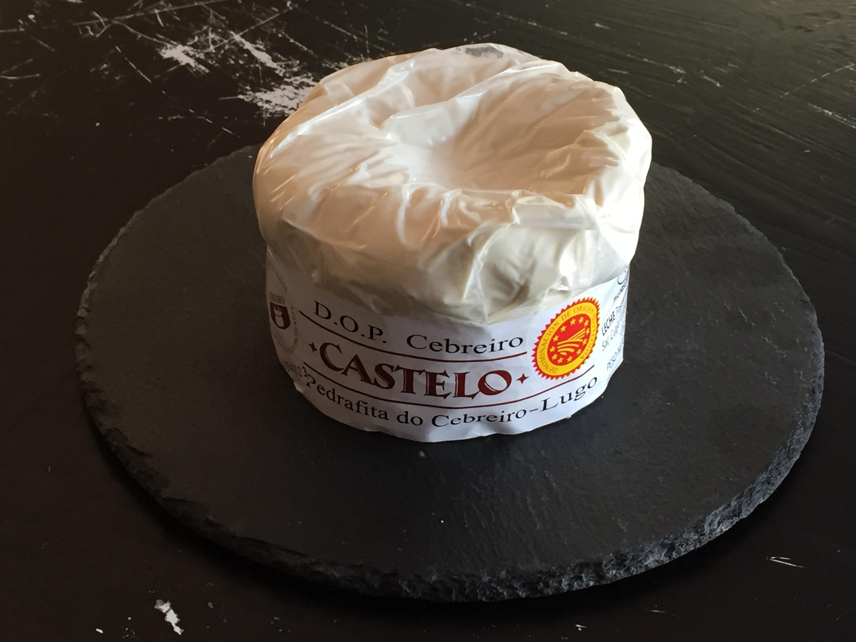Queso Cebreiro Castelo con contraetiqueta de la D.O.P. envasado al vacío.