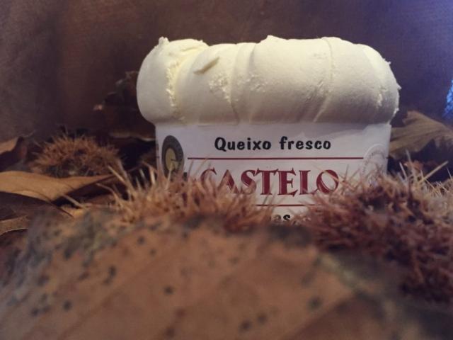 Queso Cebreiro Castelo con fondo otoñal.